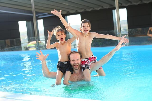 tři kluci v bazénu.jpg