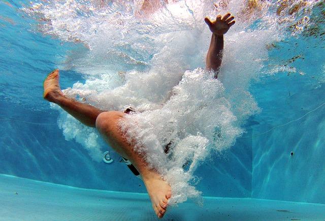 pád do bazénu.jpg