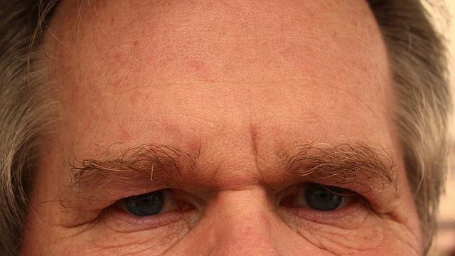 oči a čelo