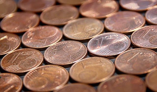 drobné mince na ploše