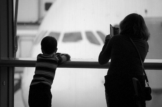 Rodina sledující odlétající letadla