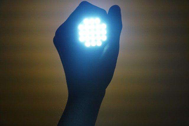 světlo v ruce